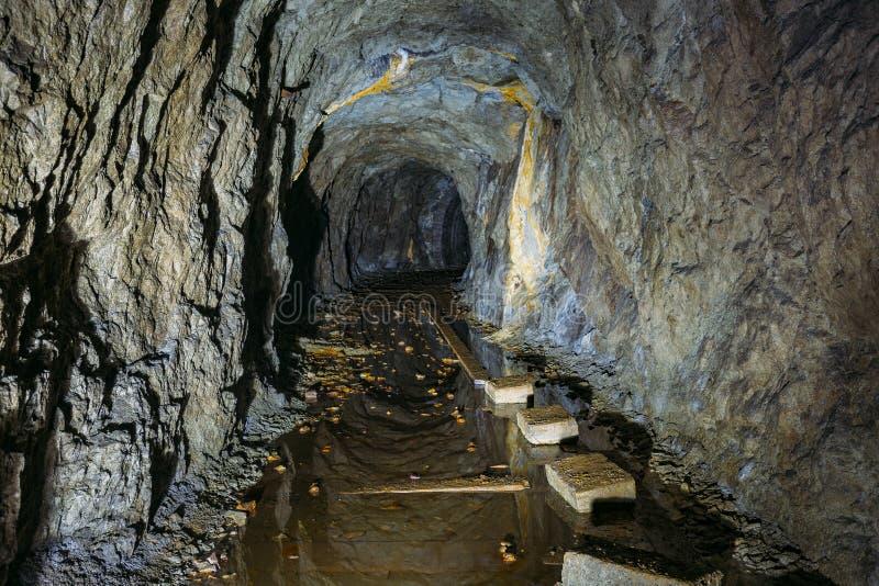 黑暗的蠕动的肮脏的被充斥的被放弃的矿隧道 图库摄影