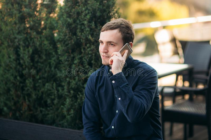 黑暗的衬衣电话的年轻人某人 r 免版税图库摄影