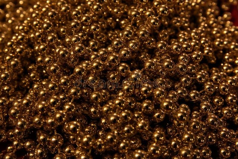 黑暗的金子发光的闪烁背景 免版税库存照片