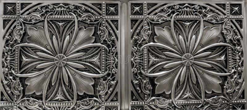 黑暗的银,金属,内部天花板装饰瓦片详细的特写镜头视图  免版税库存照片