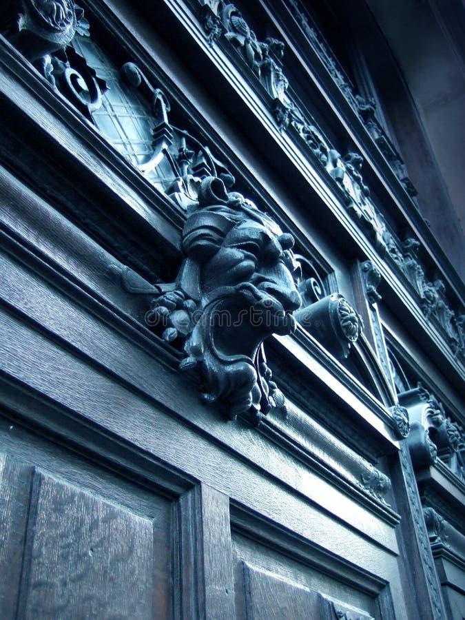 黑暗的门木头 免版税图库摄影