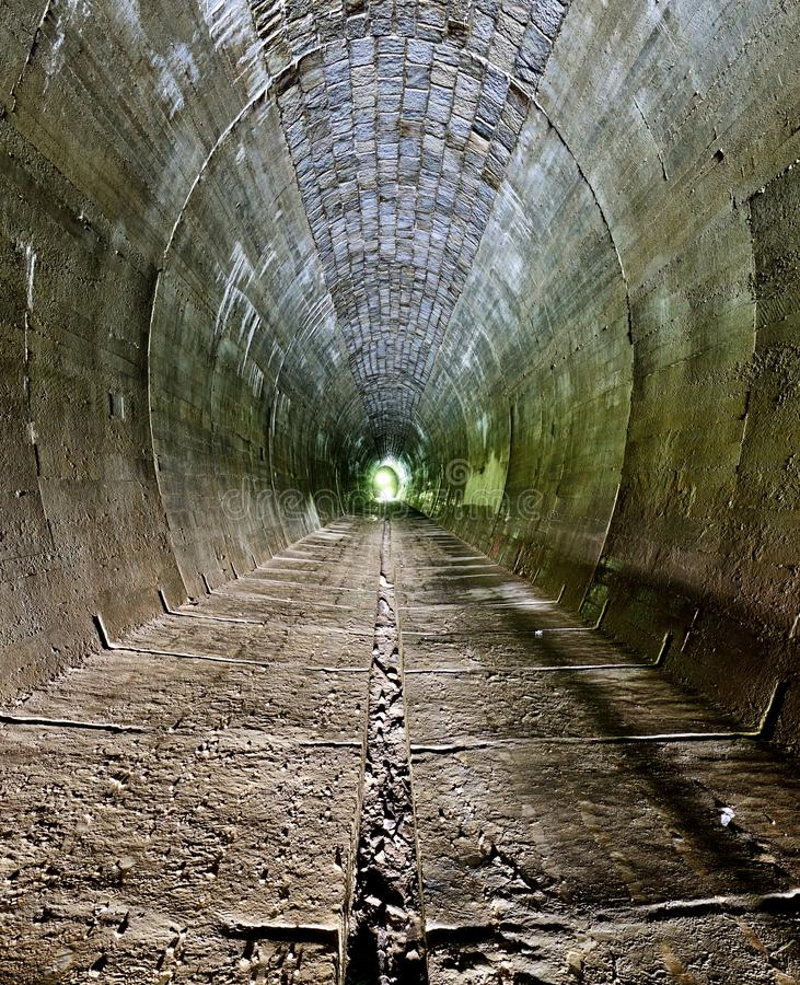 黑暗的隧道-没人 库存照片
