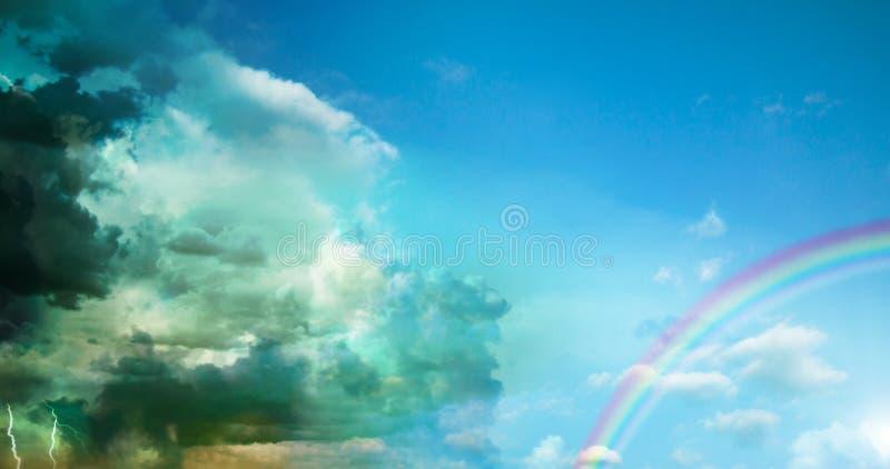 黑暗的风雨如磐的云彩和太阳 库存图片