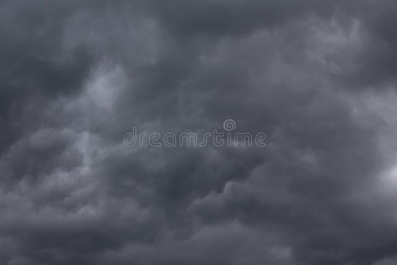 黑暗的风雨如磐的云彩背景 与黑暗的重的云彩的剧烈的风雨如磐的天空 库存照片