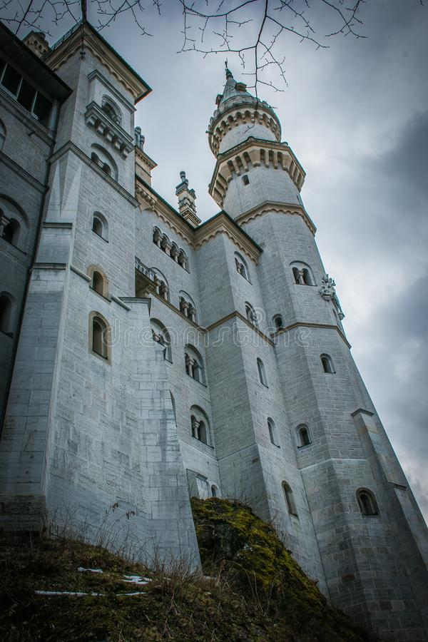 黑暗的Schloss新天鹅堡城堡看法在德国 图库摄影