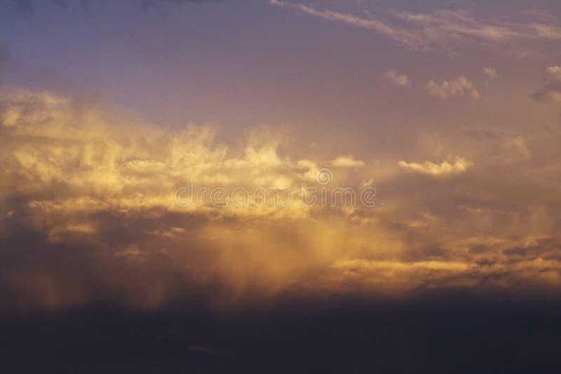 黑暗,紫色和黄色云彩 免版税库存图片