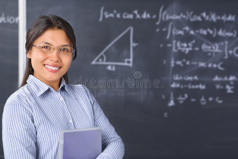 黑板前面姿势学者教师 免版税库存图片