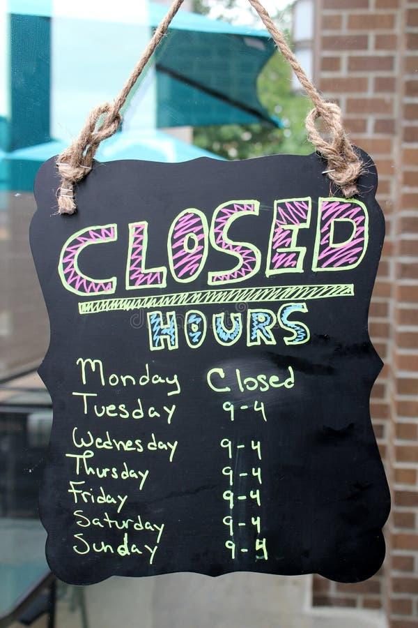 黑板标志与营业时间商店的,挂断与在外门的麻线 免版税库存照片