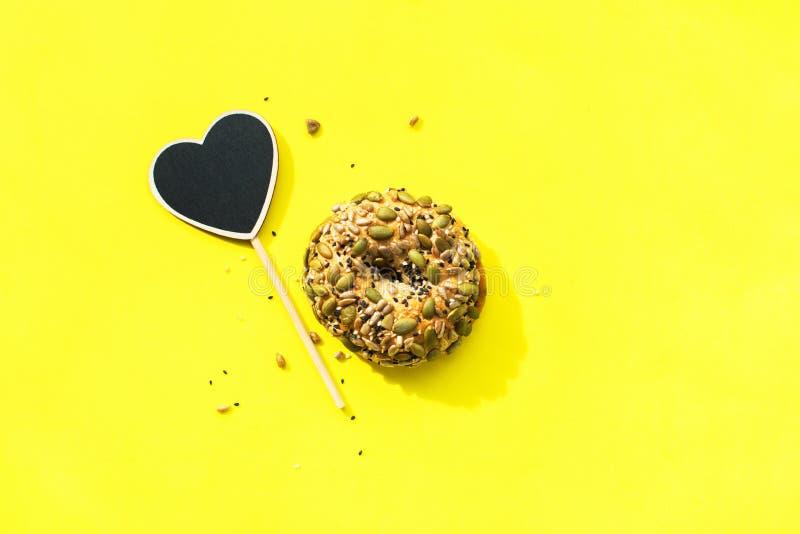 黑板框架心脏小圆面包谷物健康吃 免版税库存照片
