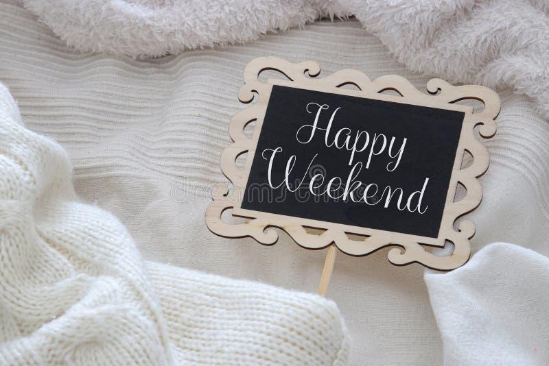 黑板的图象有文本的:在舒适和白色毯子的愉快的周末 顶视图 免版税库存图片