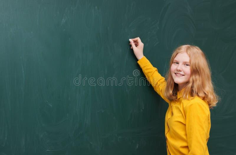 黑板的女孩 库存图片
