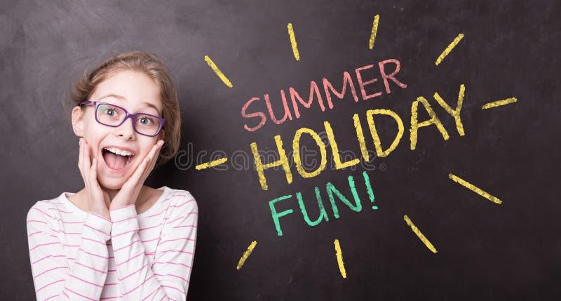 黑板的激动的女孩 教育-假期概念 免版税图库摄影