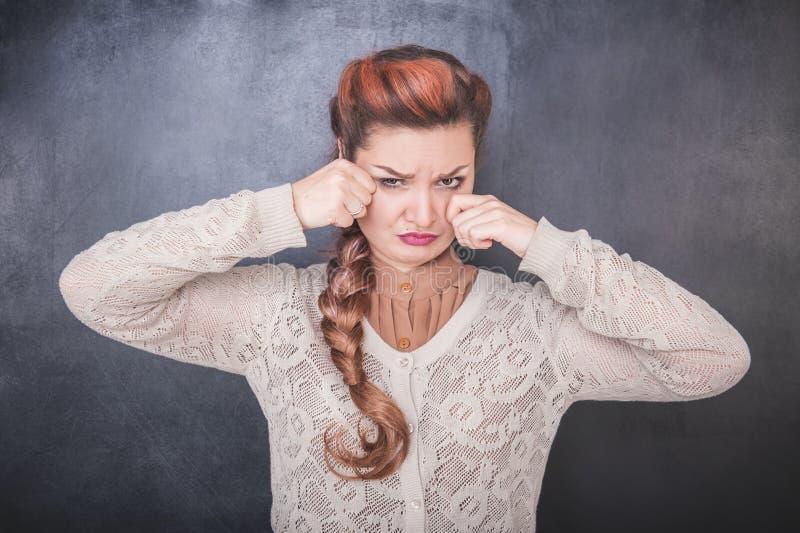 黑板背景的哀伤的哭泣的妇女 图库摄影