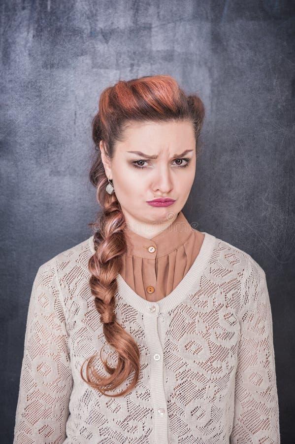 黑板背景的哀伤的哭泣的妇女 免版税图库摄影