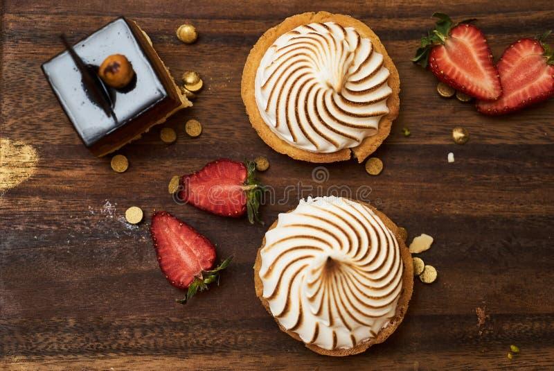 黑森林切片杯形蛋糕蛋糕用樱桃莓果 免版税图库摄影