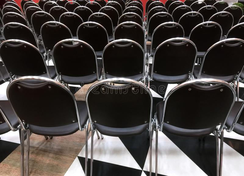 黑椅子后面看法在行的 免版税图库摄影