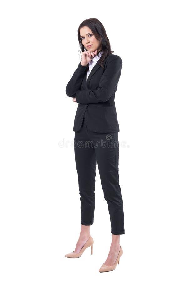 黑正装身分的确信的成功的女商人和看照相机 免版税库存图片