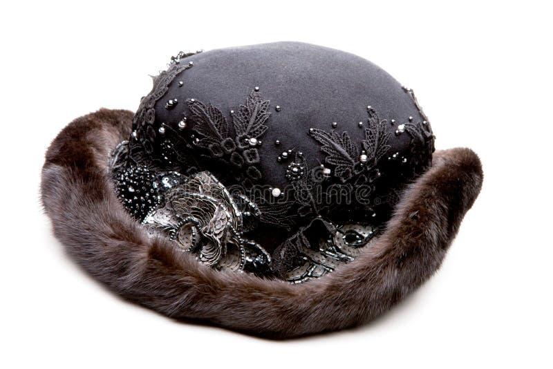黑毛皮妇女帽子演播室白色背景 免版税库存图片