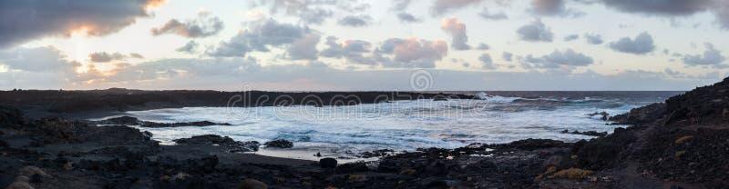 黑沙子海滩和海洋风景全景在su的兰萨罗特岛 库存照片