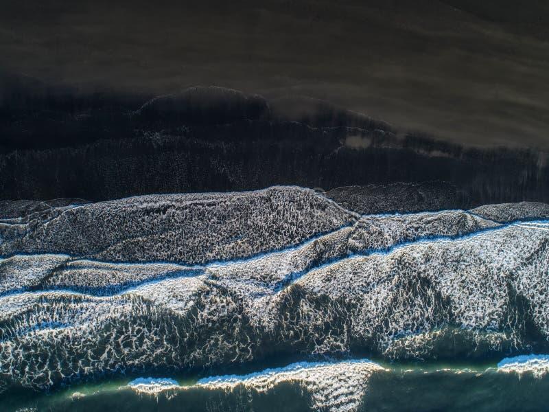 黑沙子海滩在冰岛 海鸟瞰图和顶视图 A 免版税库存照片