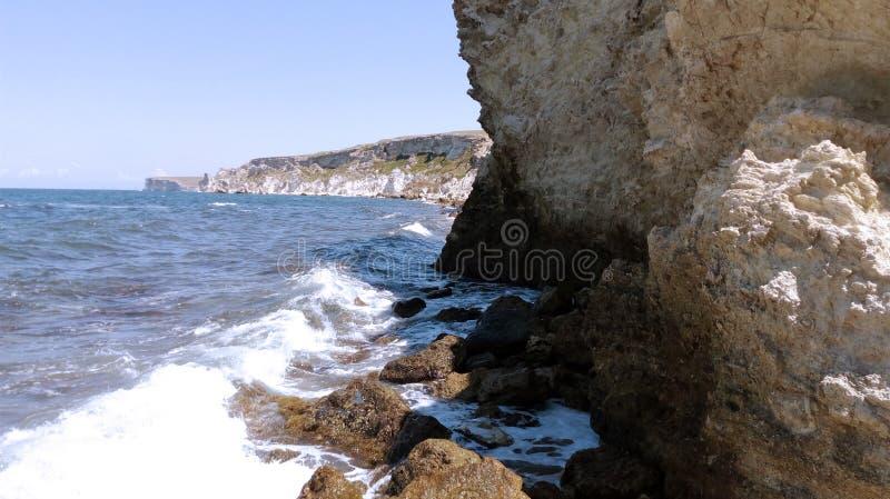 黑海和很快风暴岩石的空的海滩 免版税库存图片