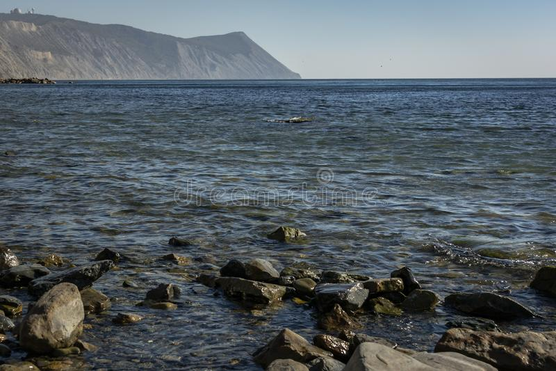 黑海的海岸日落的 海不同的大小和纹理石头和岩石  免版税图库摄影
