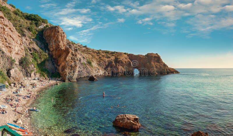 黑海的海岸,戴安娜的洞穴,海角Fiolent,塞瓦斯托波尔,克里米亚,俄罗斯 免版税库存图片