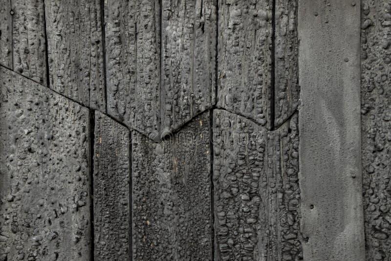 黑涂焦油老木头 免版税库存照片