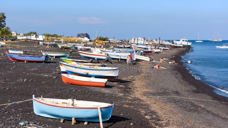 黑火山的海滩看法在斯特龙博利岛海岛上的 库存图片