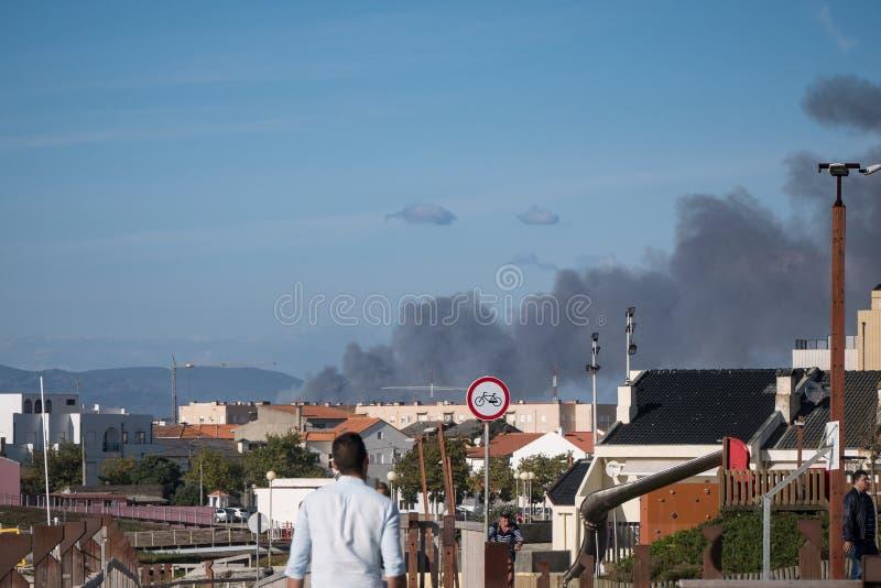 黑烟上升入从一场森林火灾的天空在葡萄牙 免版税库存照片