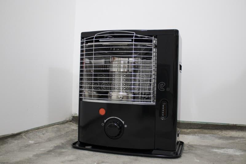 黑煤油加热器在白色背景中 免版税库存图片