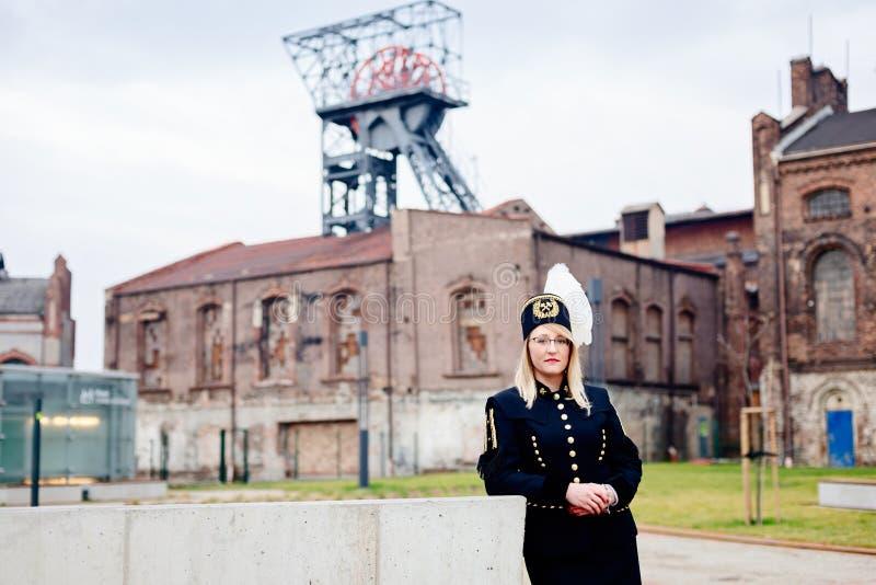黑煤矿工人工头节目制服的妇女 库存图片
