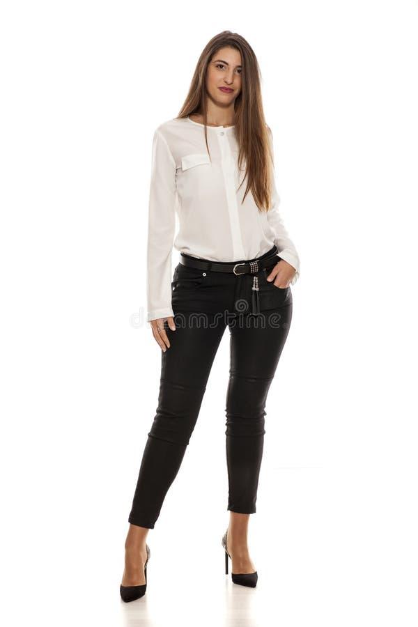 黑牛仔裤的妇女 免版税图库摄影