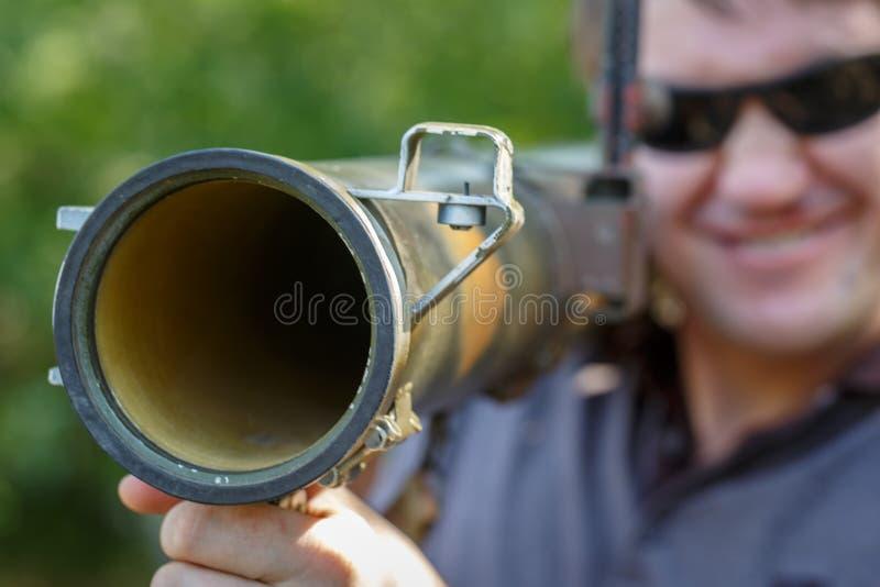 黑玻璃的佣工与反坦克火箭发射器,RPG在手中 免版税图库摄影