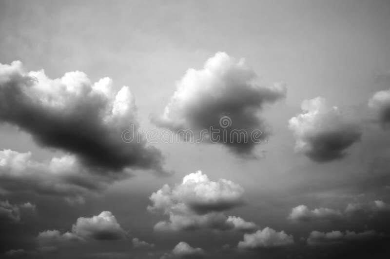 黑白云彩的背景。 库存照片