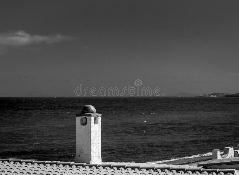 黑白从一个典型的大厦的撒丁岛海滩 库存图片