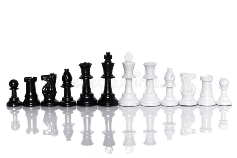 黑白在白色背景的棋 成功的领导和配合概念 库存照片