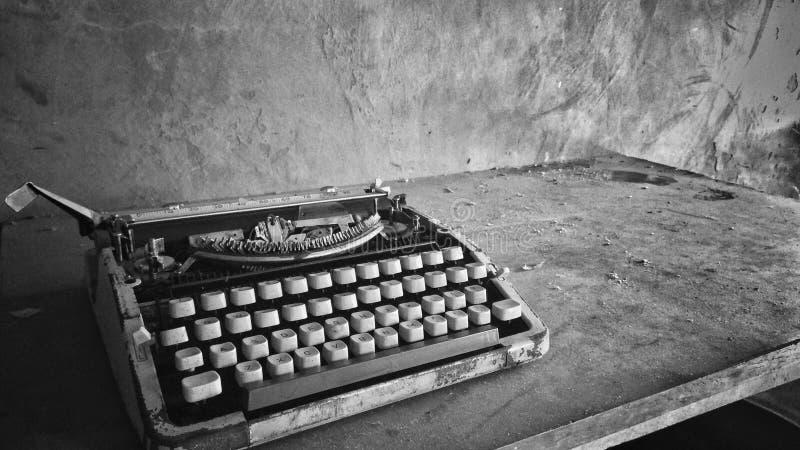 黑白多灰尘的打字机照片 库存图片
