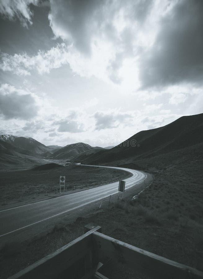 黑白日出-路通过谷 库存图片