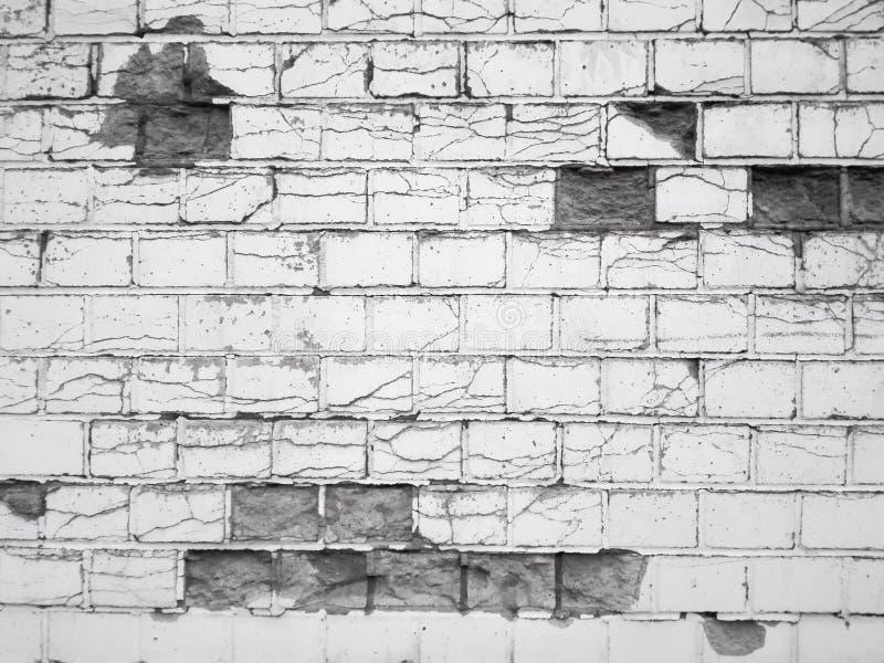 黑白残破的砖墙 免版税库存照片