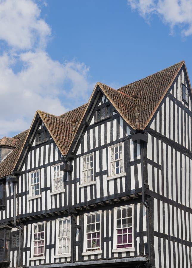 黑白用木材建造的房子在斯特拉福  库存图片