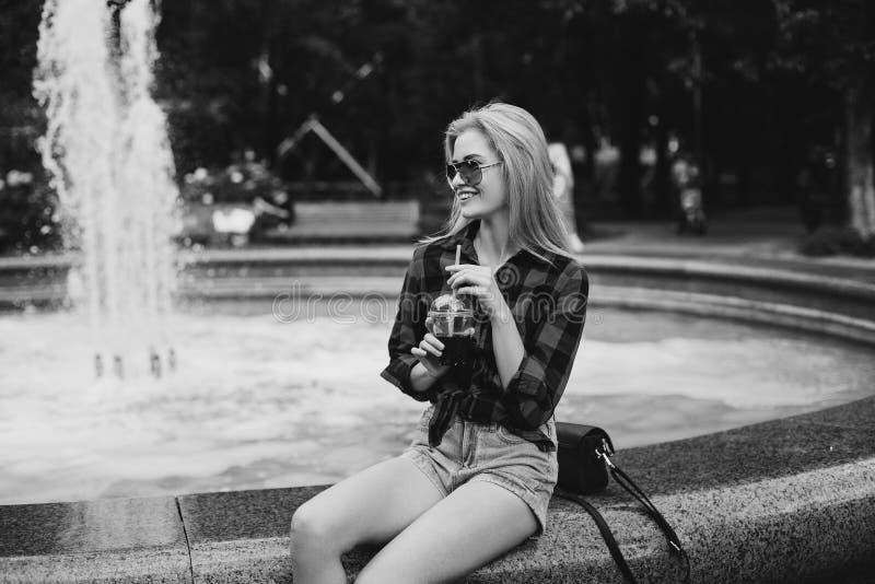 黑白的喷泉的白肤金发的女孩 库存照片