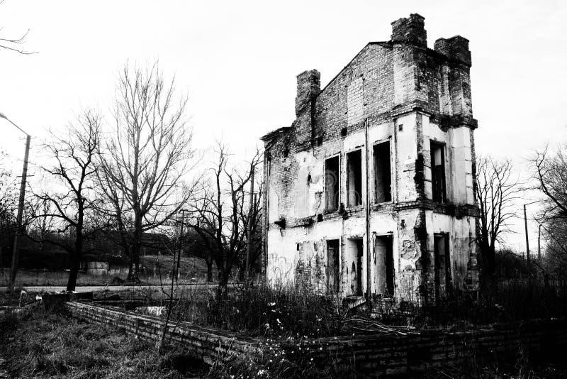 黑白的被破坏的老房子 免版税库存照片