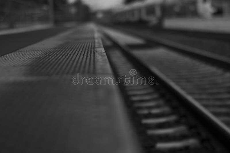 黑白的路轨- 库存照片