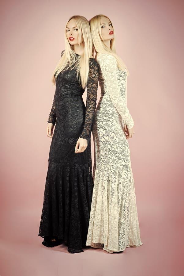 黑白礼服 摆在黑白鞋带礼服的妇女 免版税库存照片