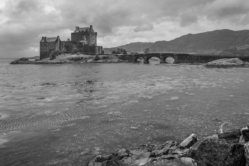 黑白美丽如画的爱莲・朵娜城堡,苏格兰 免版税库存照片