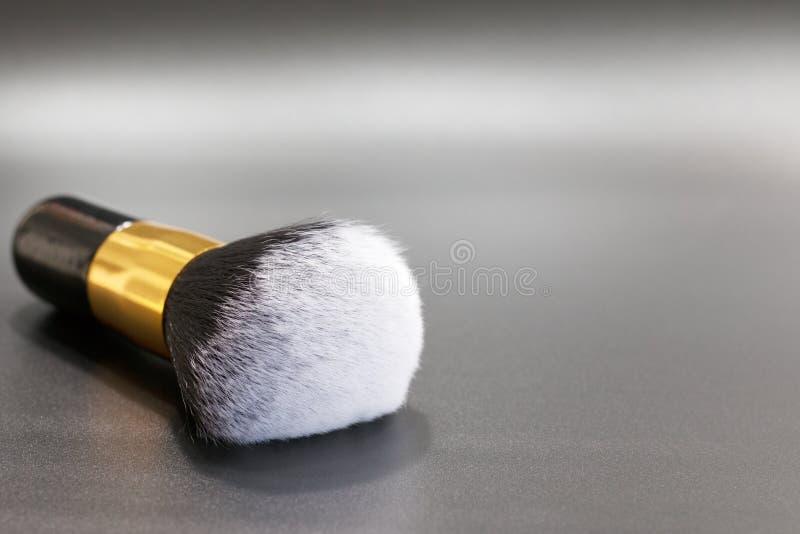 黑白色刷子为脸红 金戒指,马毛头发 免版税库存照片