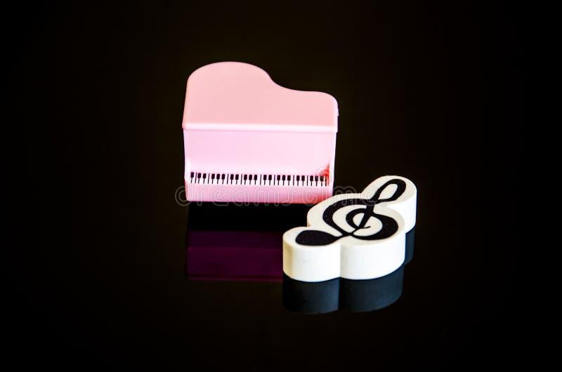 黑白钢琴钥匙和笔记 库存照片
