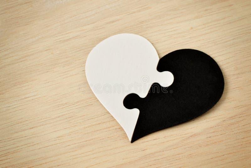 黑白难题心脏-反种族主义概念 图库摄影