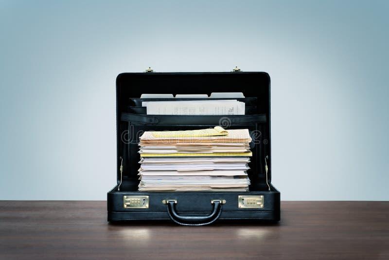 黑皮公文包里的一叠办公文书 图库摄影